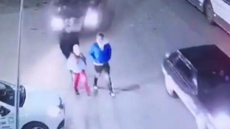 E ngatërron pedalin e frenit me të gazit, rusja shtyp me veturë tre nxënës – shpëtojnë mrekullisht (Video, +18)