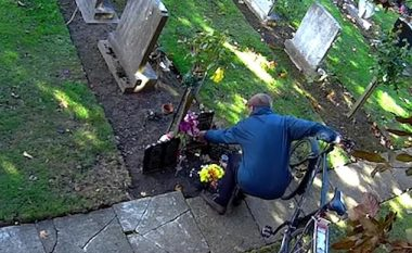 Habiteshin se si lulet që i dërgonin në varret e më të dashurve po zhdukeshin, vendosin kamera të fshehta për ta zbuluar të vërtetën- kapin një burrë (Video)