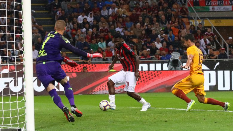 MILAN, ITALY - AUGUST 31:  Franck Kessie (C) of AC Milan scores the opening goal during the serie A match between AC Milan and AS Roma at Stadio Giuseppe Meazza on August 31, 2018 in Milan, Italy.  (Photo by Marco Luzzani/Getty Images)