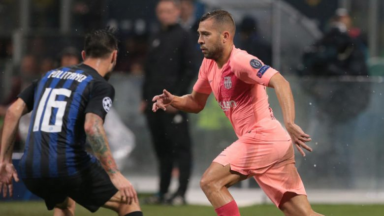 MILAN, ITALY - NOVEMBER 06:  Jordi Alba (R) of FC Barcelona is challenged by Matteo Politano of FC Internazionale during the Group B match of the UEFA Champions League between FC Internazionale and FC Barcelona at San Siro Stadium on November 6, 2018 in Milan, Italy.  (Photo by Emilio Andreoli/Getty Images)