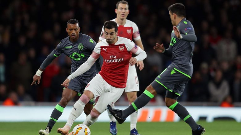 LONDON, ENGLAND - NOVEMBER 08:  Henrikh Mkhitaryan of Arsenal evades Nani of Sporting CP during the UEFA Europa League Group E match between Arsenal and Sporting CP at Emirates Stadium on November 8, 2018 in London, United Kingdom.  (Photo by Richard Heathcote/Getty Images)