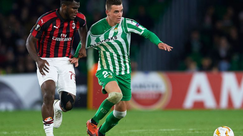 SEVILLE, SPAIN - NOVEMBER 08:  Franck Kessie of AC Milan holds Giovani Lo Celso of Real Betis during the UEFA Europa League Group F match between Real Betis and AC Milan at Estadio Benito Villamarin on November 8, 2018 in Seville, Spain.  (Photo by Aitor Alcalde/Getty Images)