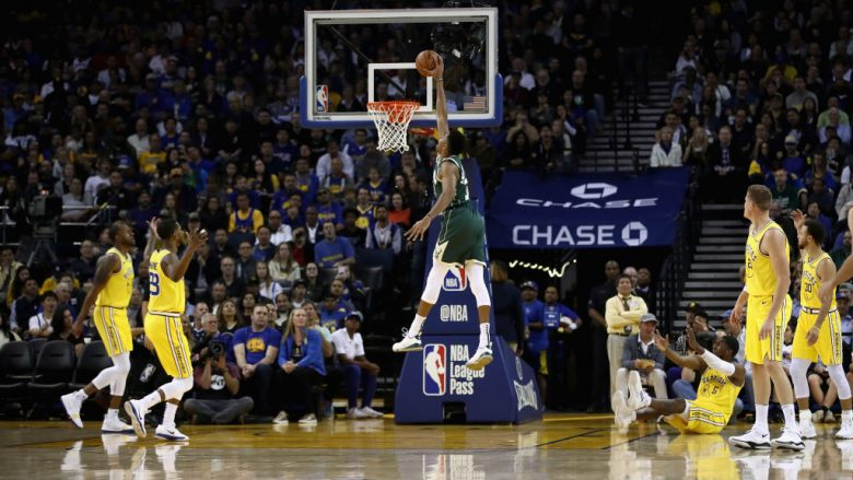 OAKLAND, CA - NOVEMBER 08:  Giannis Antetokounmpo #34 of the Milwaukee Bucks dunks the ball against the Golden State Warriors at ORACLE Arena on November 8, 2018 in Oakland, California.  NOTE TO USER: User expressly acknowledges and agrees that, by downloading and or using this photograph, User is consenting to the terms and conditions of the Getty Images License Agreement.  (Photo by Ezra Shaw/Getty Images)