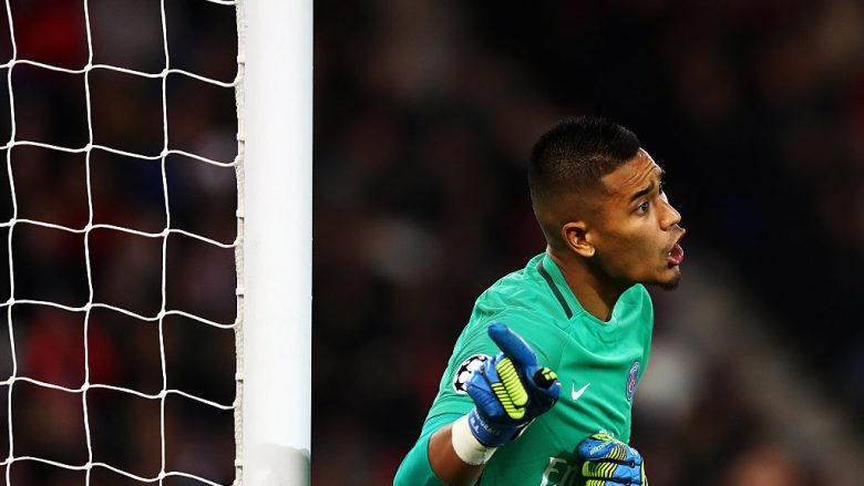 PARIS, FRANCE - OCTOBER 19:  Goalkeeper, Alphonse Areola of PSG gives team mates instructions during the Group A, UEFA Champions League match between Paris Saint-Germain Football Club and Fussball Club Basel 1893 at Parc des Princes on October 19, 2016 in Paris, France.  (Photo by Dean Mouhtaropoulos/Getty Images)