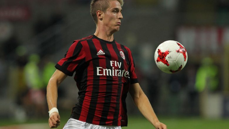 MILAN, ITALY - AUGUST 17:  Andrea Conti of AC Milan controls the ball during the UEFA Europa League Qualifying Play-Offs round first leg match between AC Milan and KF Shkendija 79 at Stadio Giuseppe Meazza on August 17, 2017 in Milan, Italy.  (Photo by Marco Luzzani/Getty Images)