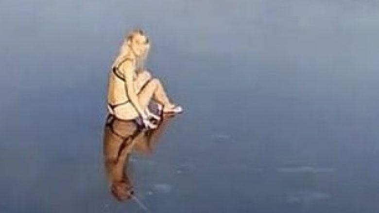 Vajza thyen kyçin e këmbës, u hodh në një liqe të ngrirë (Video)