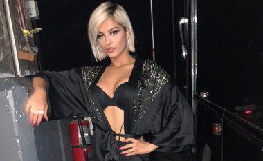 """Bebe Rexha shfaqet provokuese në të zeza në prapaskenat e shfaqjes së """"Victoria's Secret"""""""