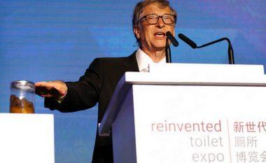 """Me jashtëqitje në duar, Bill Gates mbështet """"revolucionin e tualetit"""" – prezanton tualetin e së ardhmes (Foto/Video)"""