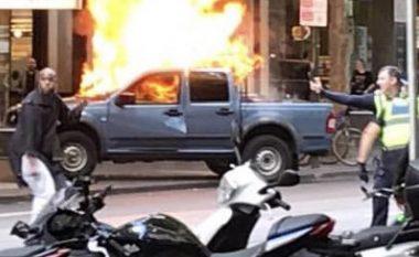 I vë zjarrin makinës, pastaj sulmon policët – një i vdekur dhe tre të lënduar nga një sulm në Melburn të Australisë (Foto/Video)