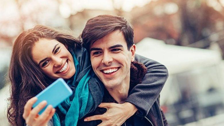 Gjysma e çifteve aktrojnë në internet se kanë një lidhje të lumtur