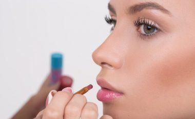 Bëni buzët tuaja të duken më të mëdha në mënyrë natyrale (Foto)