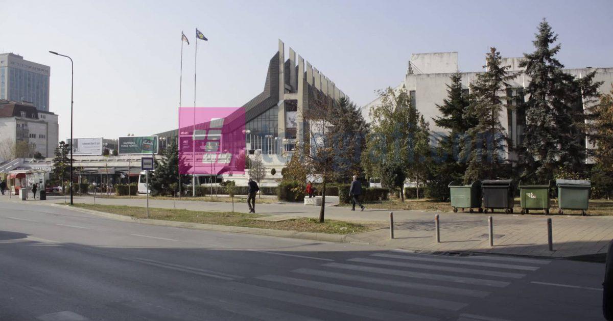 """Salla e madhe në """"Pallatin e Rinisë"""" vazhdon të përdoret si parking, Komuna s'e rinovon"""