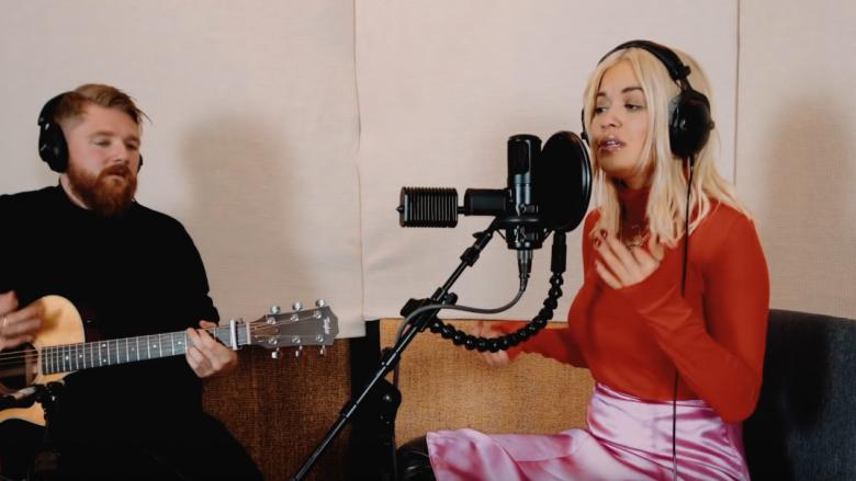 """Rita Ora sjell versionin akustik të hitit """"Let Me Love You"""""""