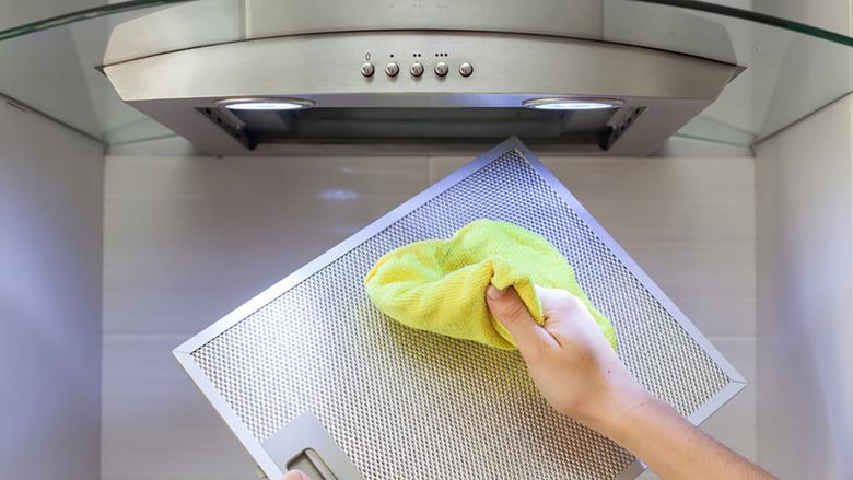 Si t'i eliminoni shtresat yndyrore nga filtri i aspiratorit të kuzhinës?