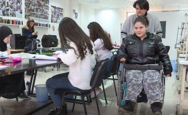 Vajza me aftësi të kufizuara e cila punon për të siguruar terapitë e saj, punimet e saj shiten edhe jashtë vendit (Video)