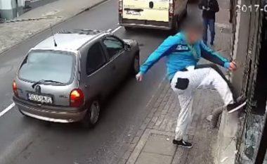 Thyen dritaret e lokalit në mes të ditës në qendër të qytetit polak, i dyshuari teksa ik nga vendi i ngjarjes goditet nga një veturë (Vide, +18)