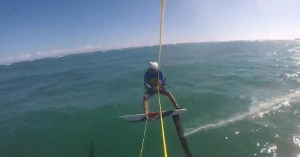 """Bënte """"surf"""" me dërrasë, australiani përplaset me peshkaqen (Video)"""