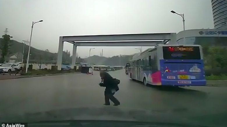 Shtiret kinse e godet vetura, gruan e moshuar e tradhton kamera (Video)