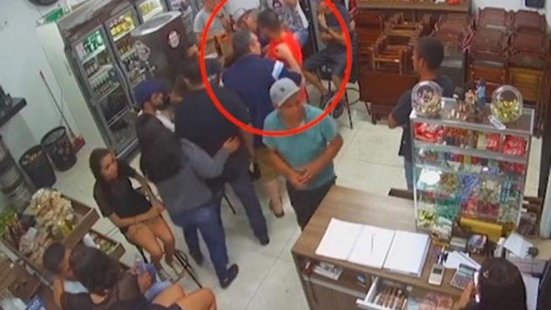 Pas grindjes nxjerr revolen për t'i qëruar hesapet, ndodh e papritura – personin që e sulmoi ia rrëmben revolen dhe e qëllon me 5 plumba (Video, +18)