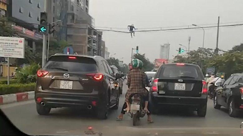 I lodhur nga trafiku i dendur, vietnamezi vendosë të kalojë nën anën tjetër të rrugës nëpër kabllot e rrymës (Video)