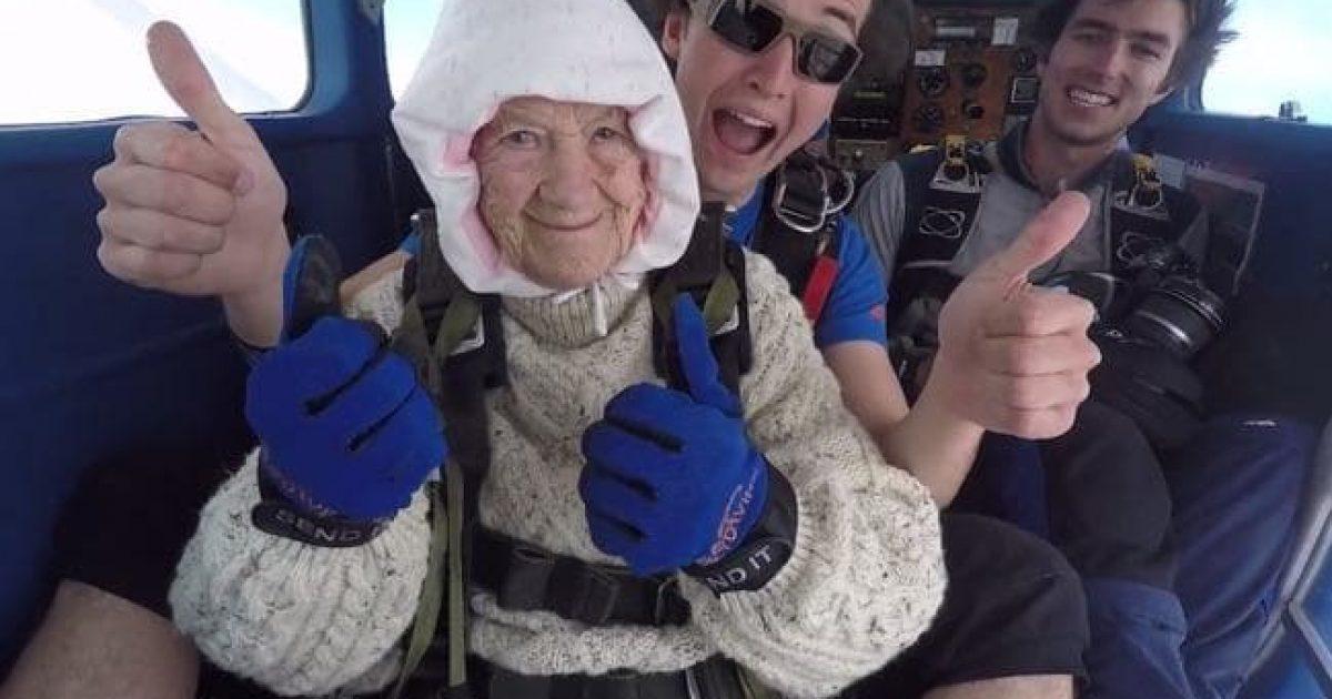 Australianja 102-vjeçe hidhet me parashutë për bamirësi (Video)