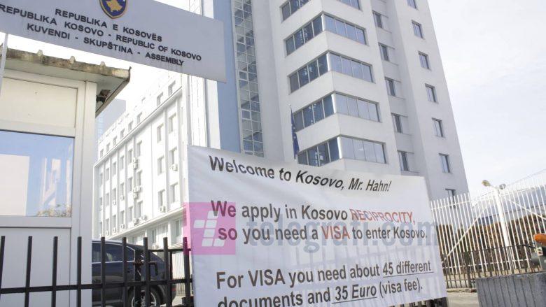 Aksion simbolik para vizitës së Johannes Hahnit: I kërkohet vizë për të hyrë në Kosovë (Foto)