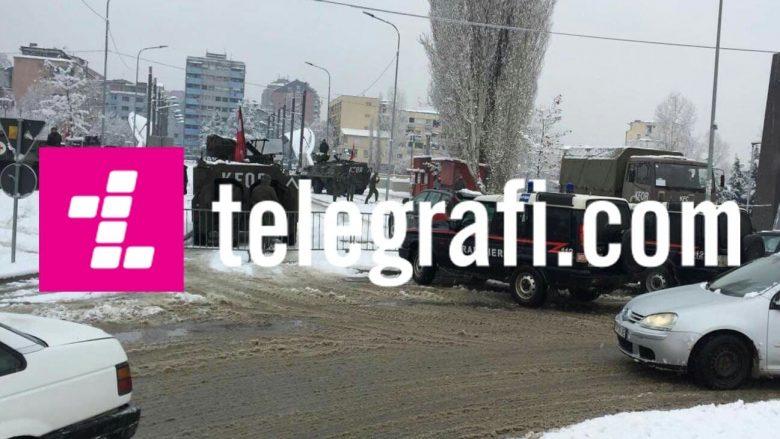 Tanket e KFOR-it qëndrojnë mbi urë të Ibrit në Mitrovicë