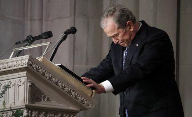 George W. Bush shpërthen në lot, derisa i thotë lamtumirën e fundit babait të tij (Video)