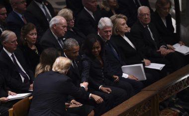 Pamje që tregojnë raportet e ftohura! Trump shtrëngon duart me çiftin Obama, por jo me çiftin Klinton (Video)