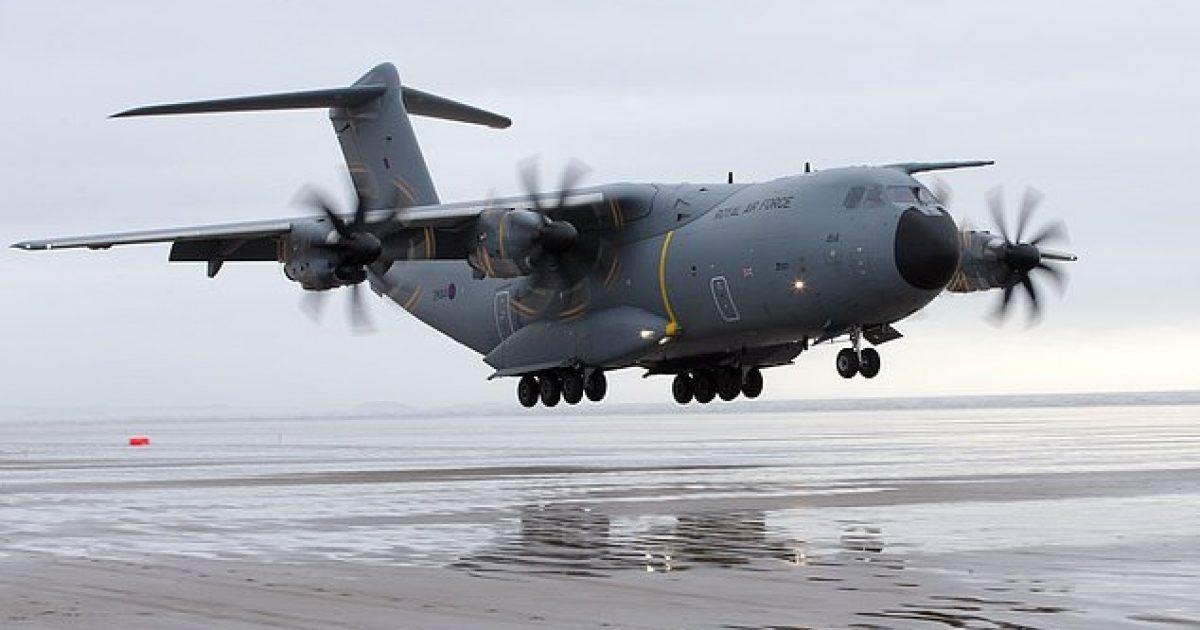 Aeroplani ushtarak që peshon 120 tonelata, aterron në plazh (Video)