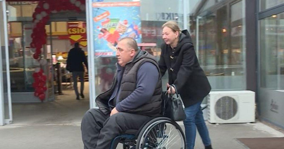 Afrim Bërbatovci, i paralizuar dhe në karrocë invalidësh, punon si taksist (Video)