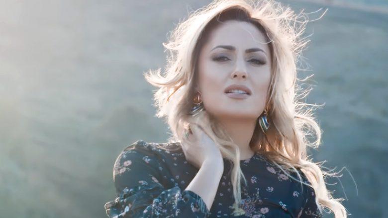 """Eneda Tarifa në klipin e këngës """"Nuk ia vlen"""" (Foto: YouTube/ArkivaShqip)"""
