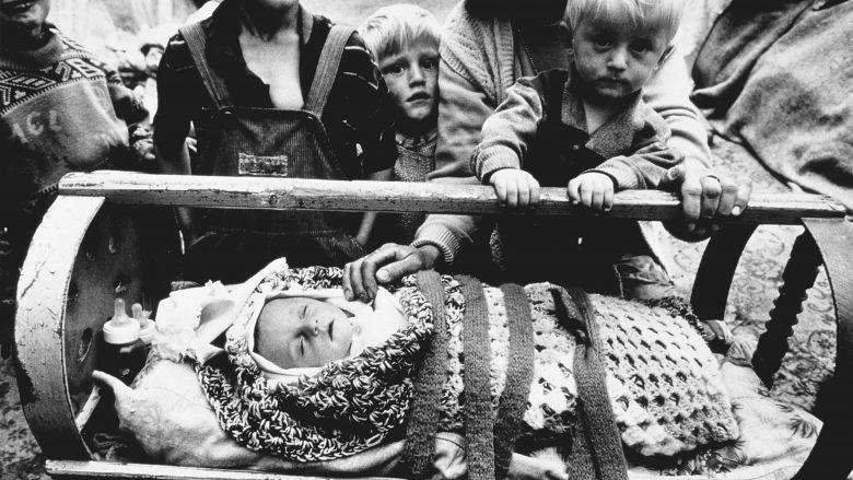 Fëmijët shqiptarë, duke mbijetuar nën qiell të hapur, më 1998