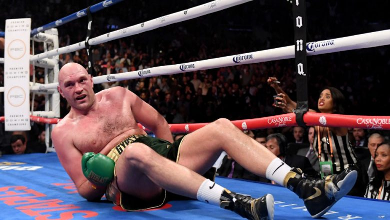 Tyson Furyn në momentin kur u rrëzua nga Wilder në raundin e nëntë (Foto: Harry How/Getty Images/Guliver)