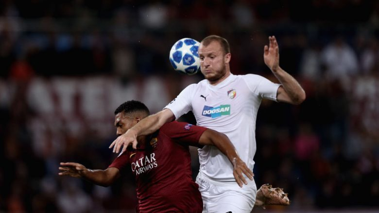 ROME, ITALY - OCTOBER 02: Juan Jesus of AS Roma competes for the ball with Michael Kremencik of Viktoria Plzen  during the Group G match of the UEFA Champions League between AS Roma and Viktoria Plzen at Stadio Olimpico on October 2, 2018 in Rome, Italy.  (Photo by Paolo Bruno/Getty Images)