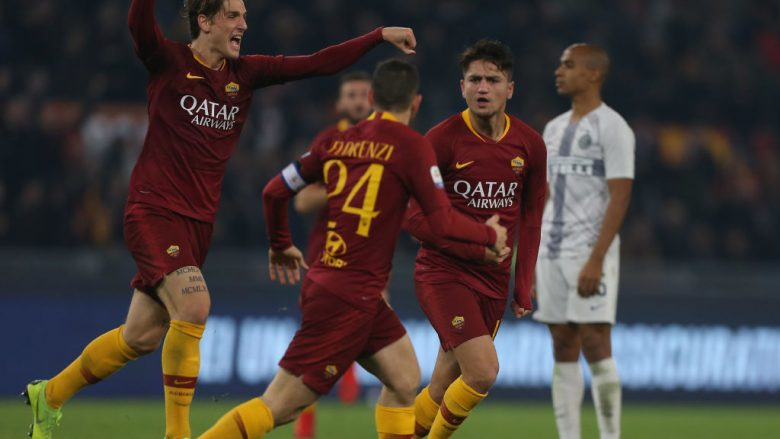 ROME, ITALY - DECEMBER 02:  Cenziz Under with his teammates of AS Roma celebrates after scoring the team's first goal during the Serie A match between AS Roma and FC Internazionale at Stadio Olimpico on December 2, 2018 in Rome, Italy.  (Photo by Paolo Bruno/Getty Images)