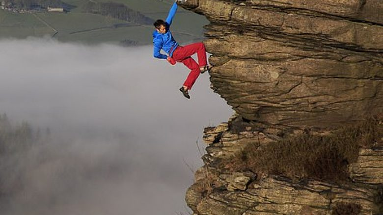 Mbi re në 400 metra lartësi, alpinisti qëndroi i kapur për shkëmbi (Foto)