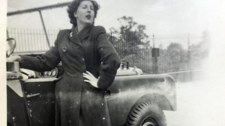Pensionistja bashkohet me Land Roverin me të cilin u fotografua para 70 vitesh (Video)