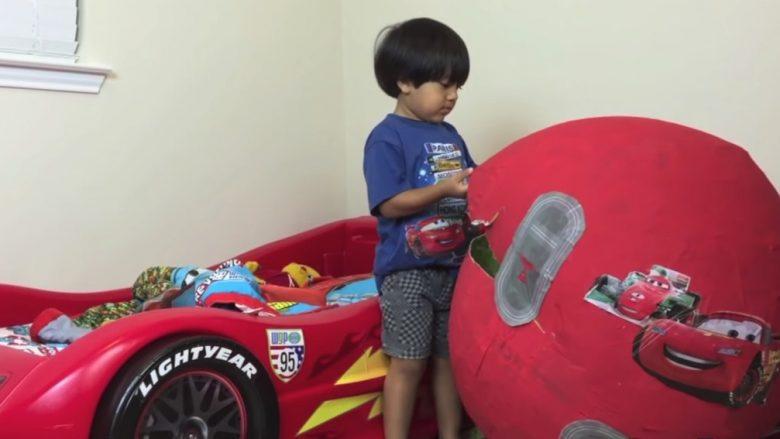 Njihuni me vogëlushin 7 vjeçar që fitoi 22 milionë dollarë nga Youtube