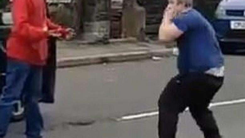Rrahja e ngathtë pa grushte apo shqelma, përfundoi me kundërshtarët që rrotulloheshin në mes të rrugës (Video)