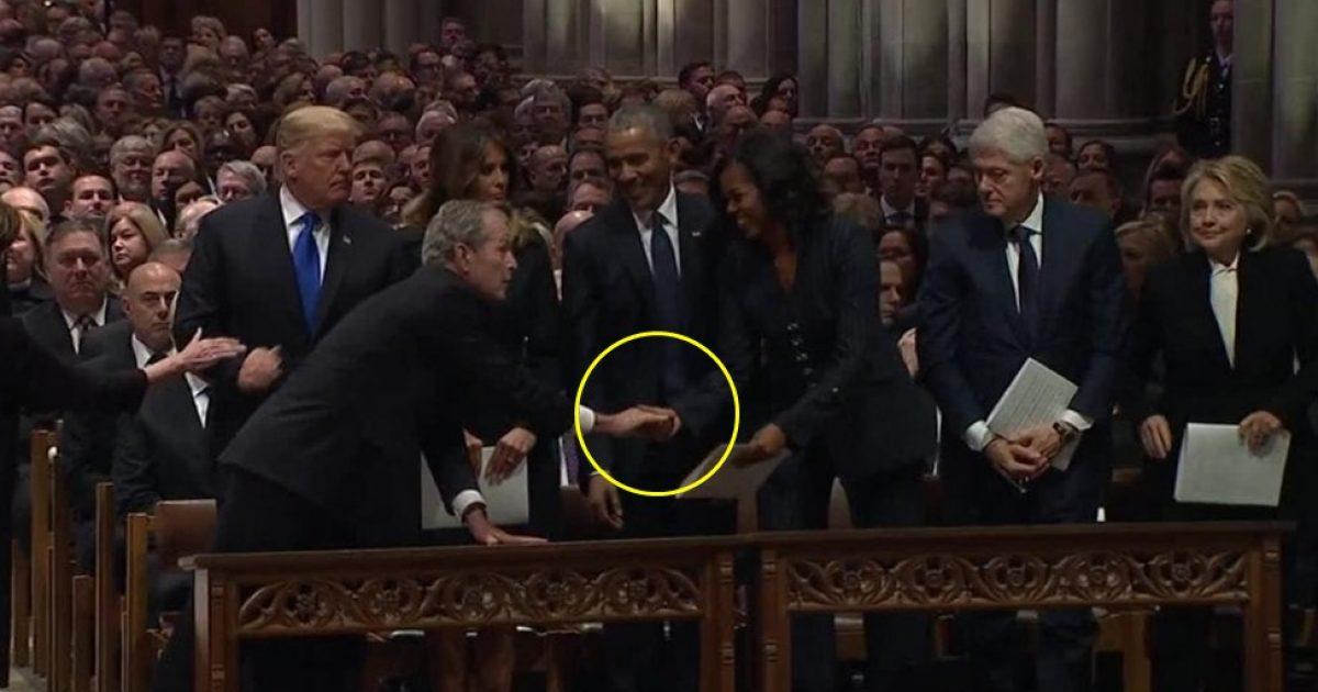 Funerali i babait, momenti kur Bush i lë diçka në dorë Michelle Obamës (Video)