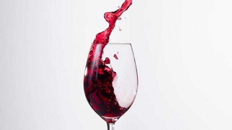 A është në rregull t'i lejoni fëmijët ta provojnë alkoolin në shtëpi?