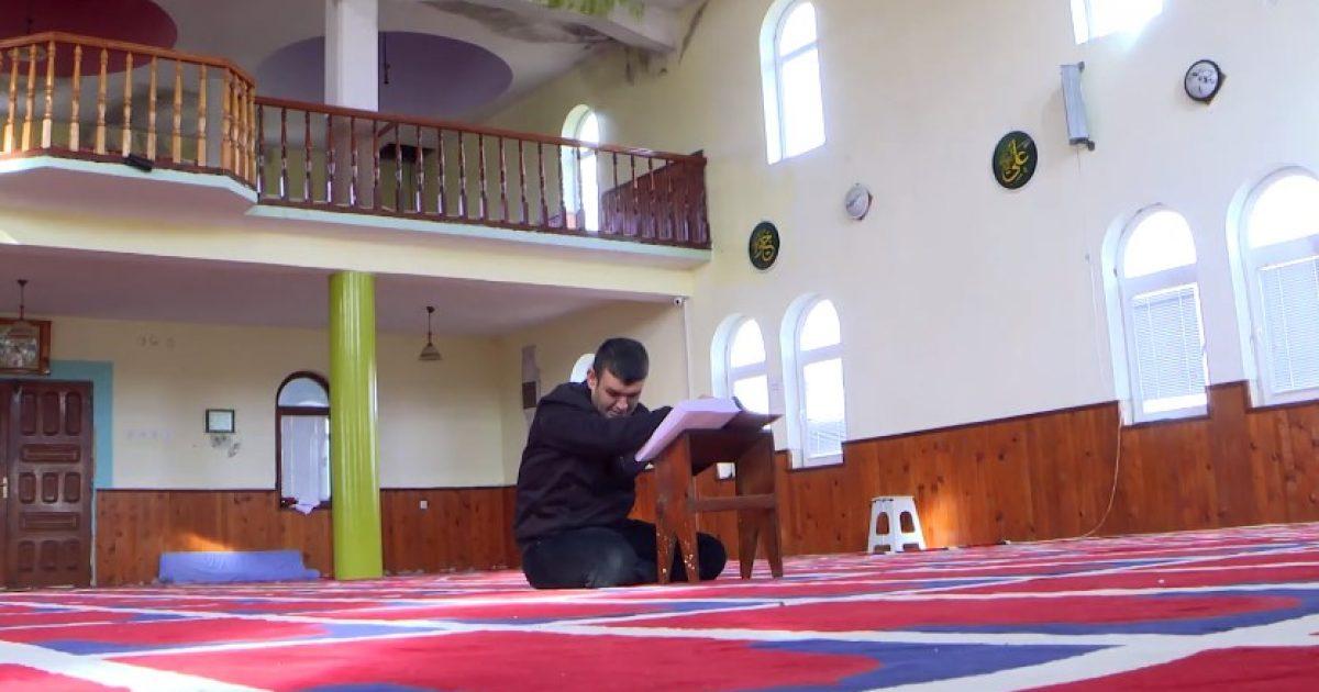 Kuran edhe për të verbrit në Kosovë, rrëfen djaloshi që tanimë mund të lexojë edhe fjalët e Librit të Shenjtë (Video)