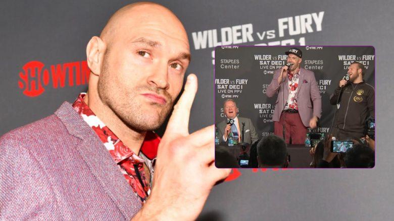 Tyson Fury dhuroi spektakël në konferencën pas meçit ndaj Wilder