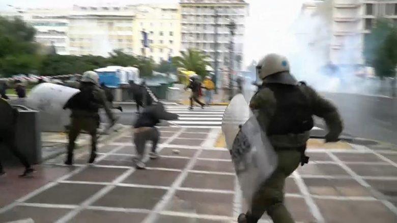Athina e Selaniku në flakë, protesta të dhunshme në përvjetorin e vrasjes së 15-vjeçarit (Video)
