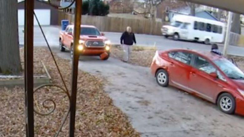 Po niseshin për në punë, gruaja përplaset drejt në veturën e ndaluar të burrit të saj (Video)