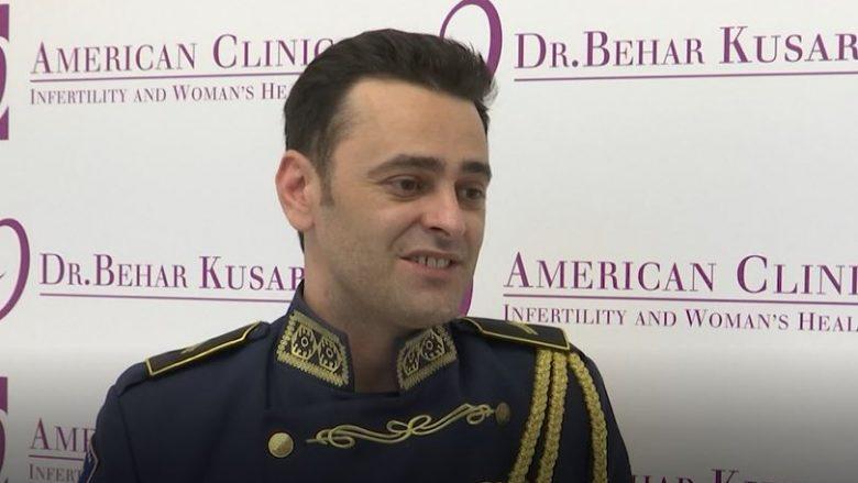 """Emocion i veçantë për pjesëtarin e FSK-së, në """"Ditën e Ushtrisë"""" i lind djali (Video)"""