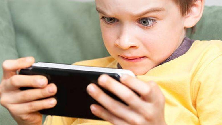 Japonia fajëson telefonat për dëmtimin e shikimit tek nxënësit