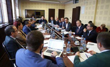 Ministri Ismaili dhe deputeti Hoti përplasen për keqpërdorimet në blerjen e barnave