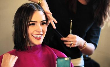Floktari i Hollywoodit: Kjo frizurë është në trend dhe i shkon perfekt secilës formë të fytyrës!